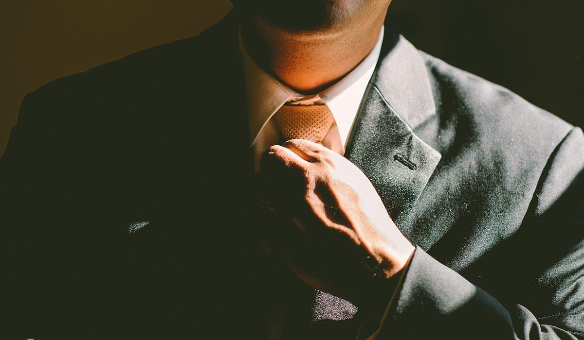 Ainda não sabe dar o nó de gravata? Nós ensinamos