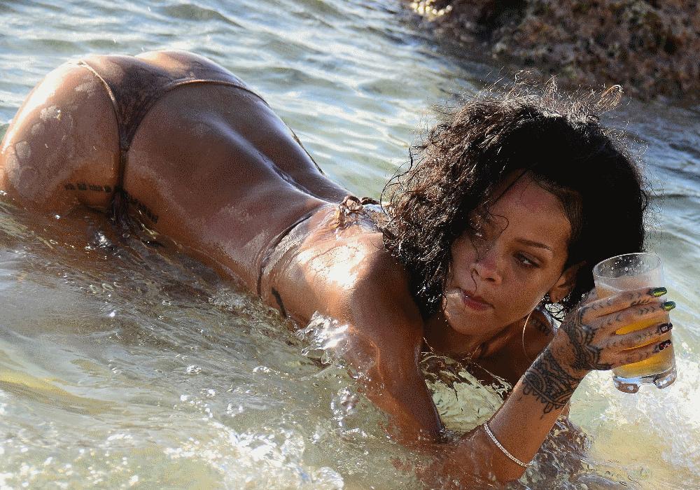 """""""Good Girl Gone Bad"""" é o nome de um dos álbuns de sucesso de Rihanna. E uma frase que assenta na perfeição à cantora, de 29 anos, nascida nos Barbados. Quando em palco, a artista destaca-se pela irreverência das suas atuações. Os dotes vocais fazem com que todos se rendam ao talento da cantora que já vendeu discos suficientes para conquistar o seu lugar na história da música. Longe dos palcos e dos estúdios de gravações, Rihanna assume o papel de atriz, modelo, estilista, empresária e filantropa. Facetas que mostram que Rihanna tem talentos que vão muito além de música. Mas as qualidades da artista não se ficam por aqui. A bad girl consegue ser uma das mulheres que mais fazem subir as temperaturas nas redes sociais. A ousadia não conhece limites em Rihanna. Foto após foto, publicação após publicação, todos suspiram com o lado mais ousado da cantora. Percorre a galeria e descobre as fotos mais escaldantes e sensuais da good girl gone bad."""