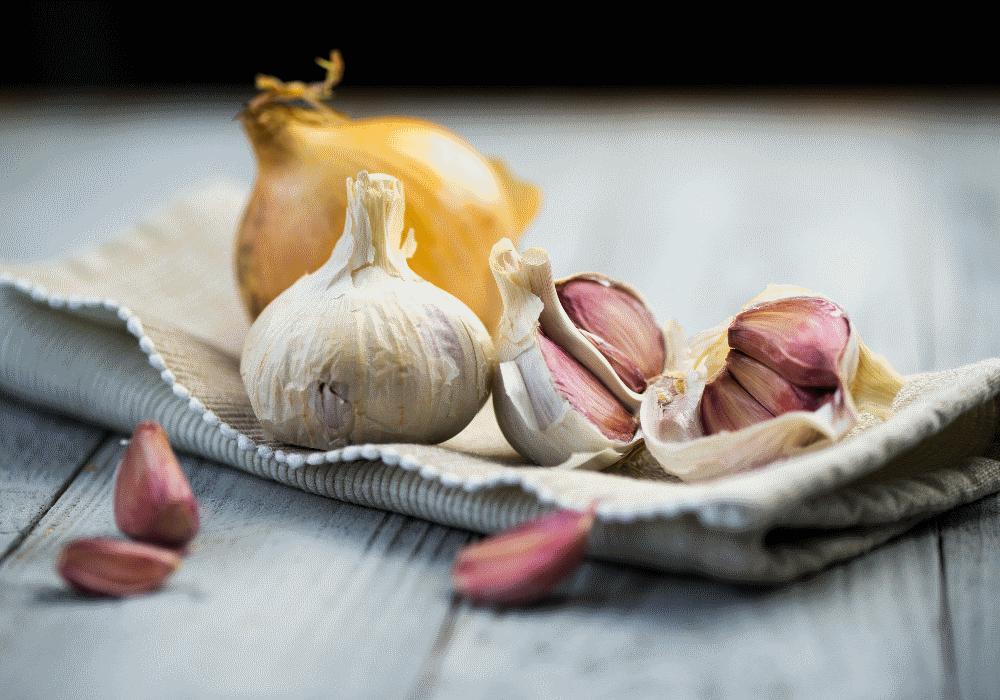 10 coisas que comes e que te fazem cheirar mal