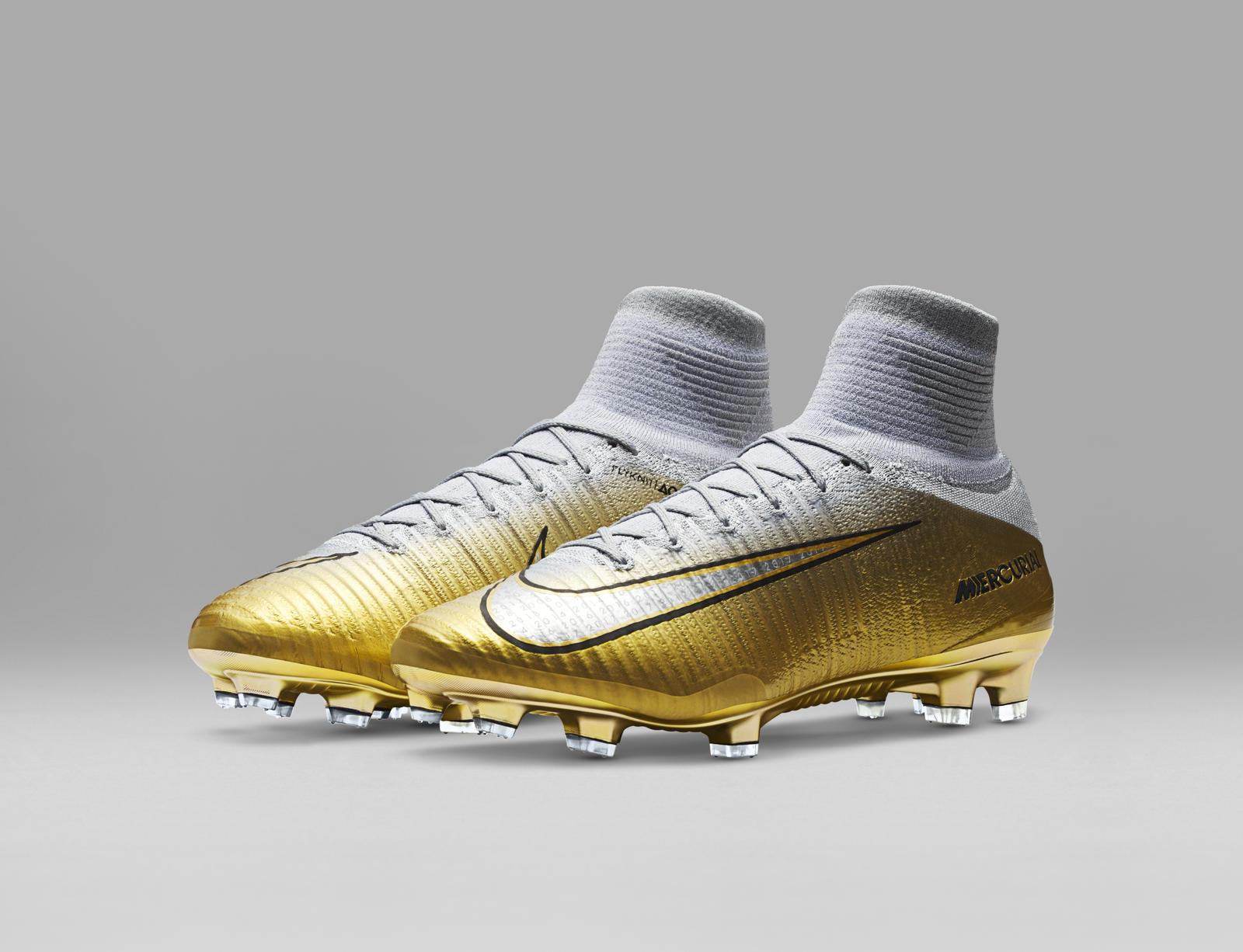 CR7 celebra bola de ouro com novas botas a88676db37f32