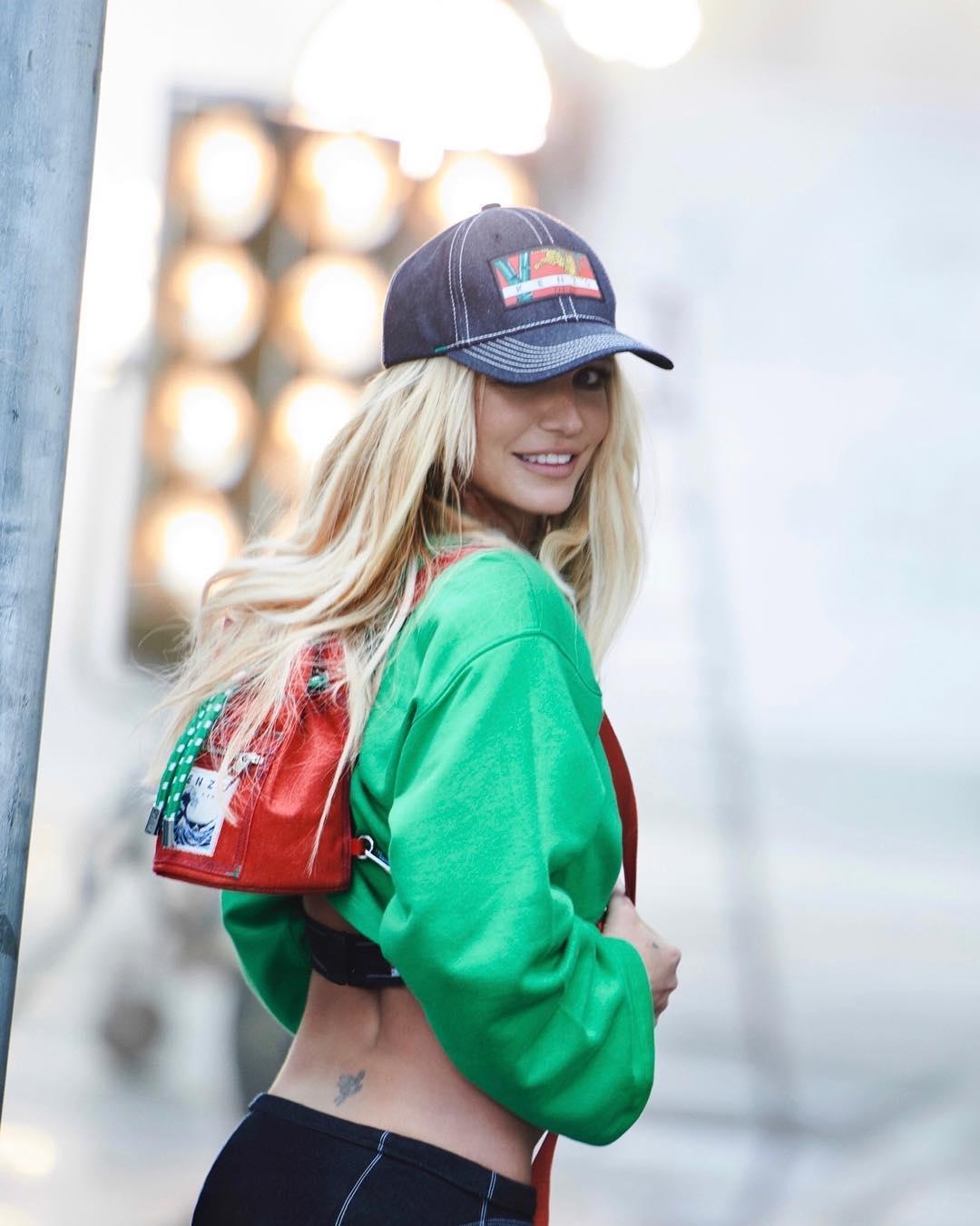 Novas imagens de Britney Spears dão a conhecer os resultados de meses de treinos físicos intensos. Há até quem não reconheça a cantora.