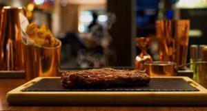 6 steakhouses para quem não dispensa um bom bife