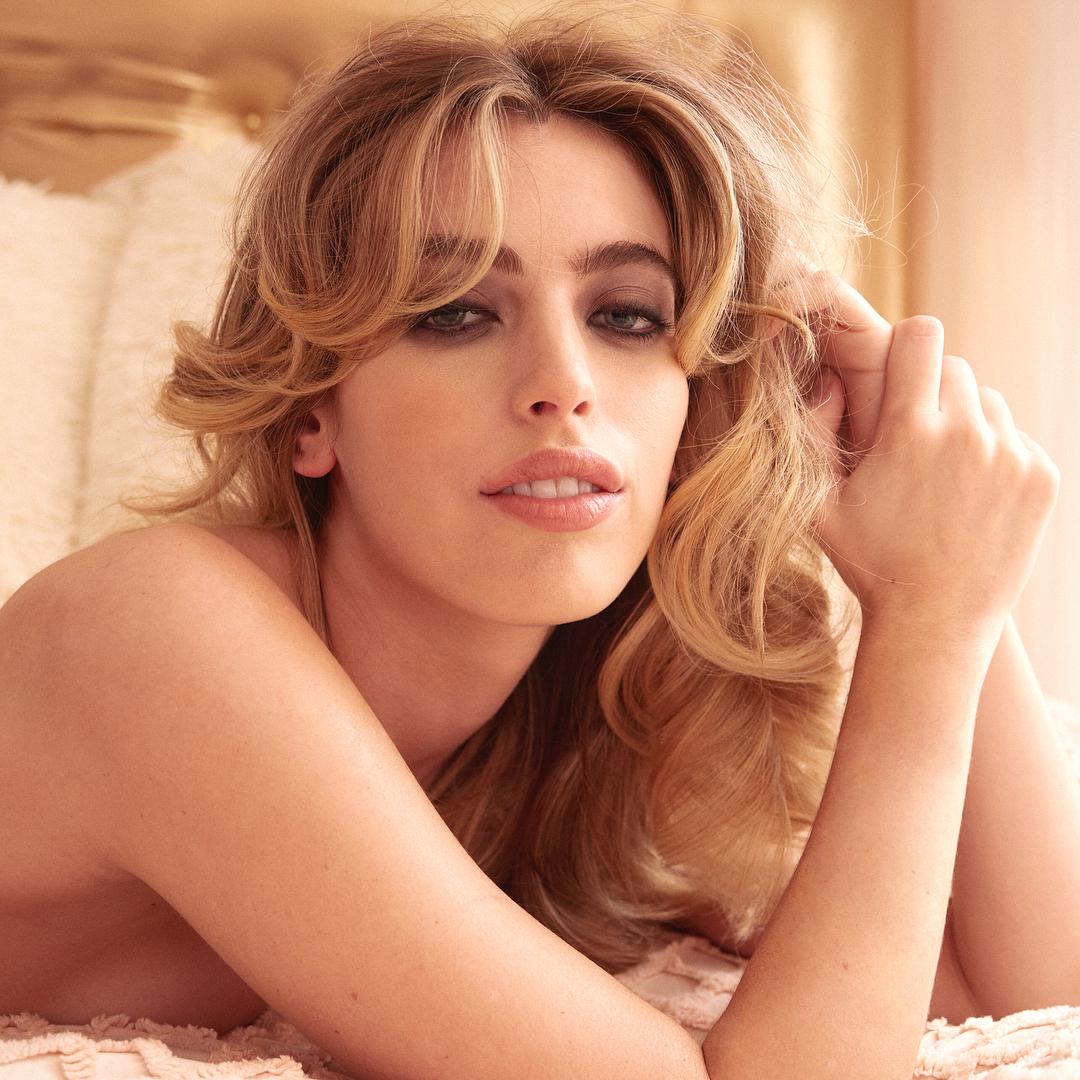 Clara McGregor sonha ser atriz como o pai. Até lá, posa nua para a Playboy