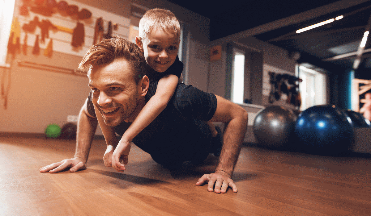 """Exercícios para fazer em casa? Experimente estes e """"use"""" o seu filho"""