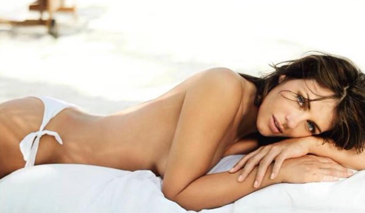 Elizabeth Hurley, a rainha das polémicas mergulha em topless