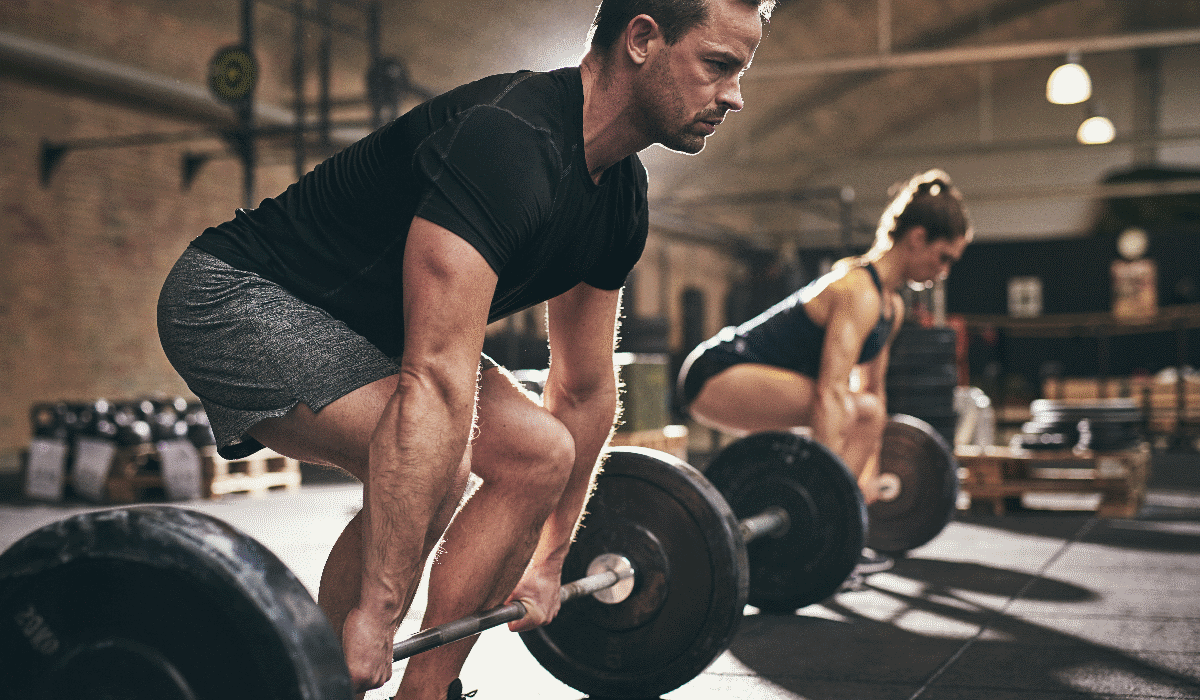 Se quer ter mais músculo nos braços… treine as pernas