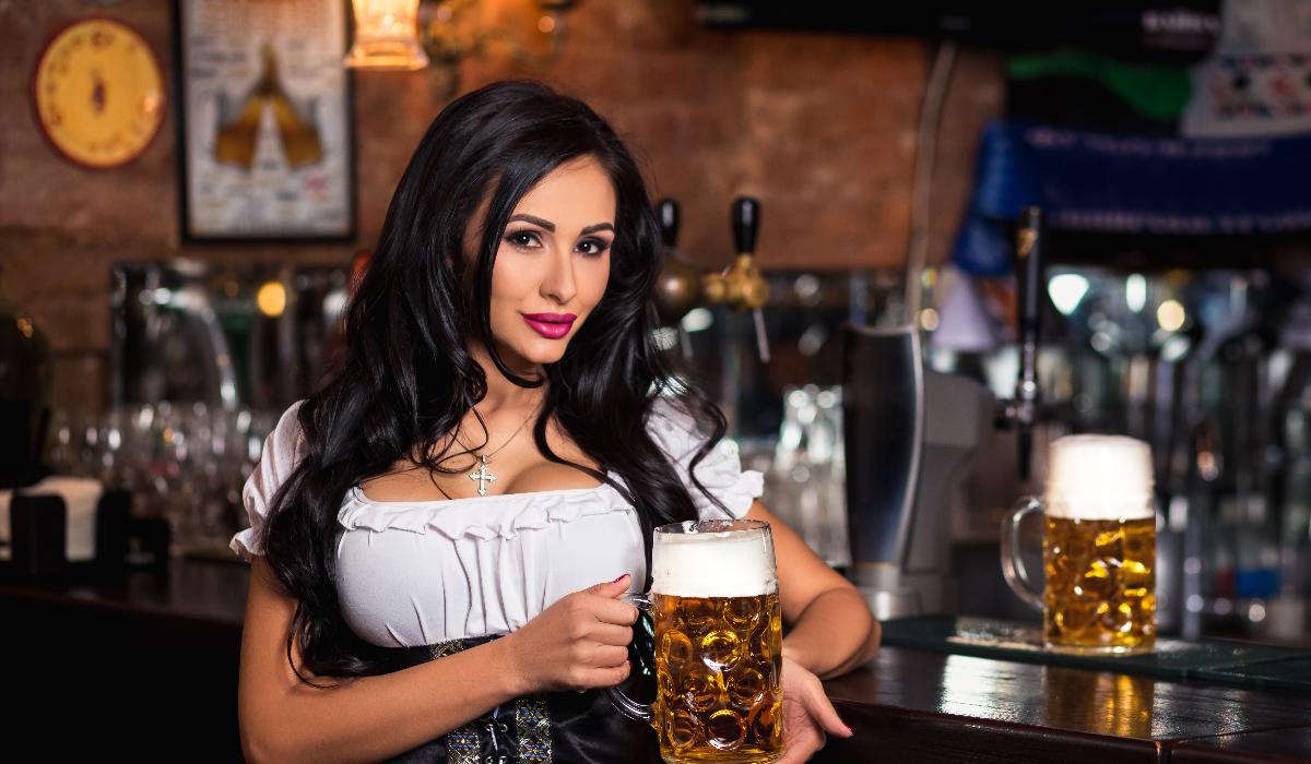 Mulheres criticadas por postura pornográfica no Oktoberfest
