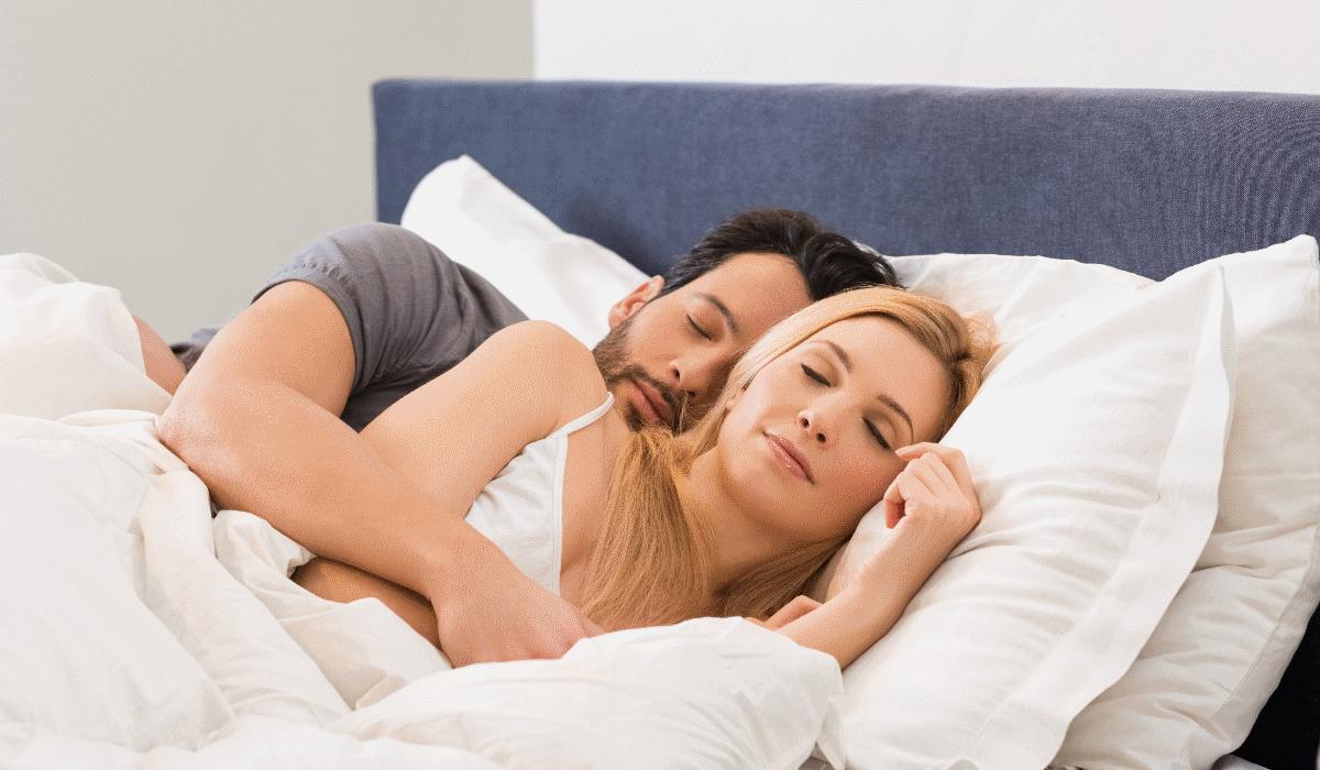 5 posições diferentes para casais que gostam de dormir em conchinha
