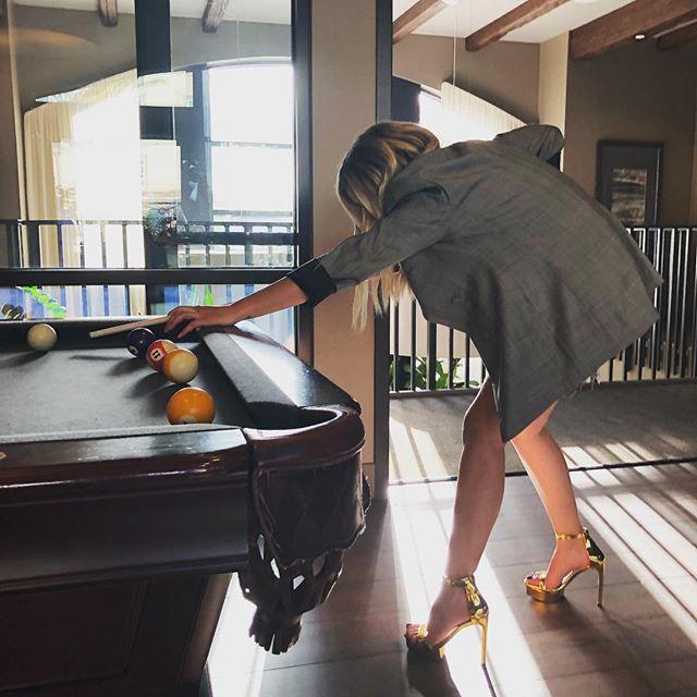Ashley Benson confirma namoro com Cara Delevingne, mas a culpa é dos piratas
