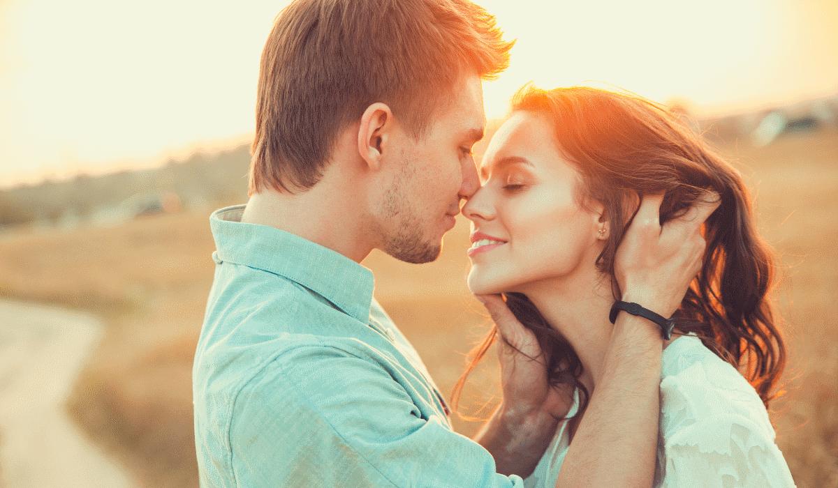 Mulheres atraentes preferem homens inteligentes para relações sérias