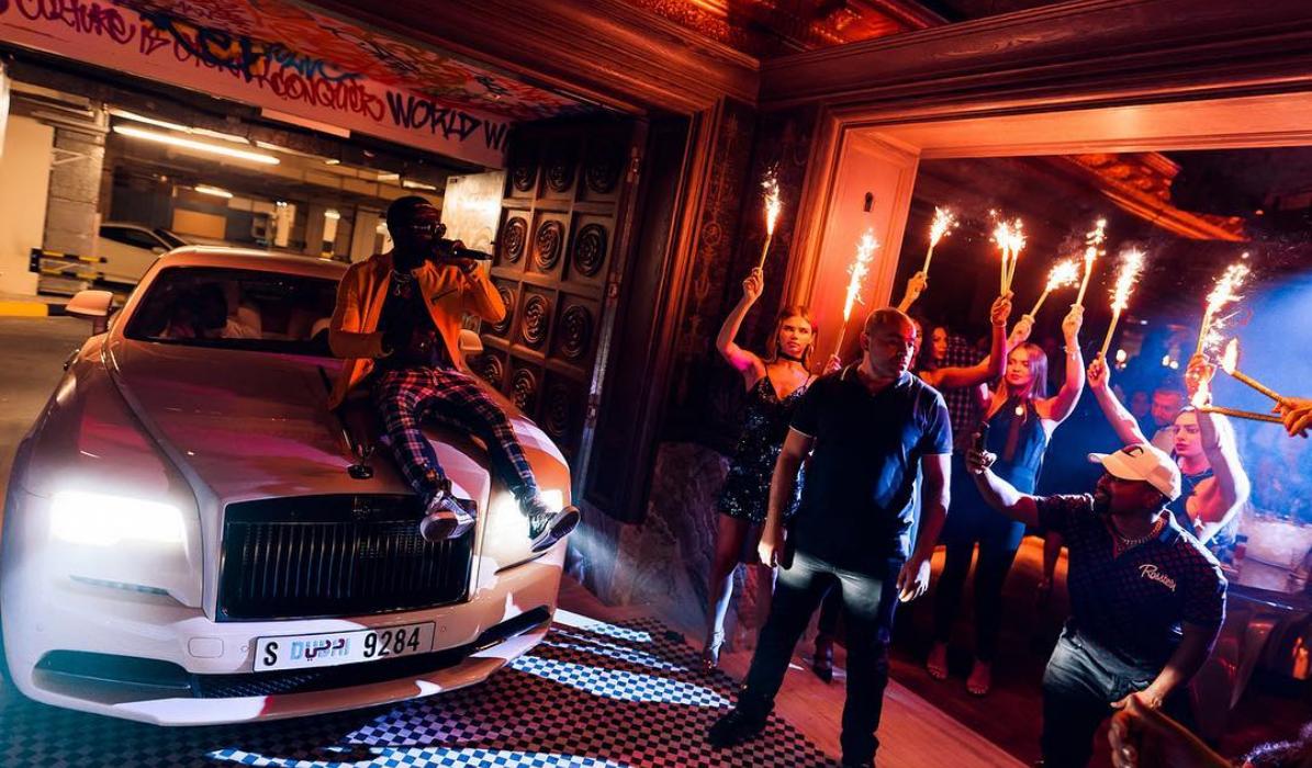 Luxo, luxo é no Dubai, onde os carros entram nas discotecas