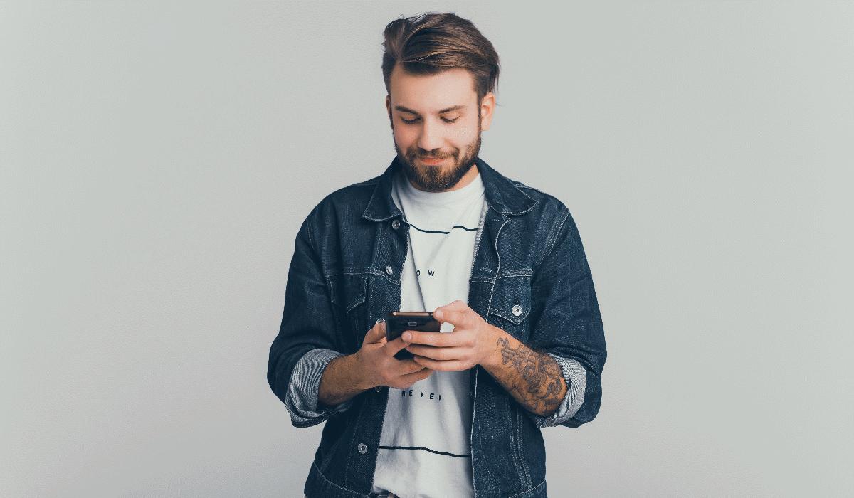 Se ainda está solteiro, a culpa pode ser do telemóvel que tem no bolso