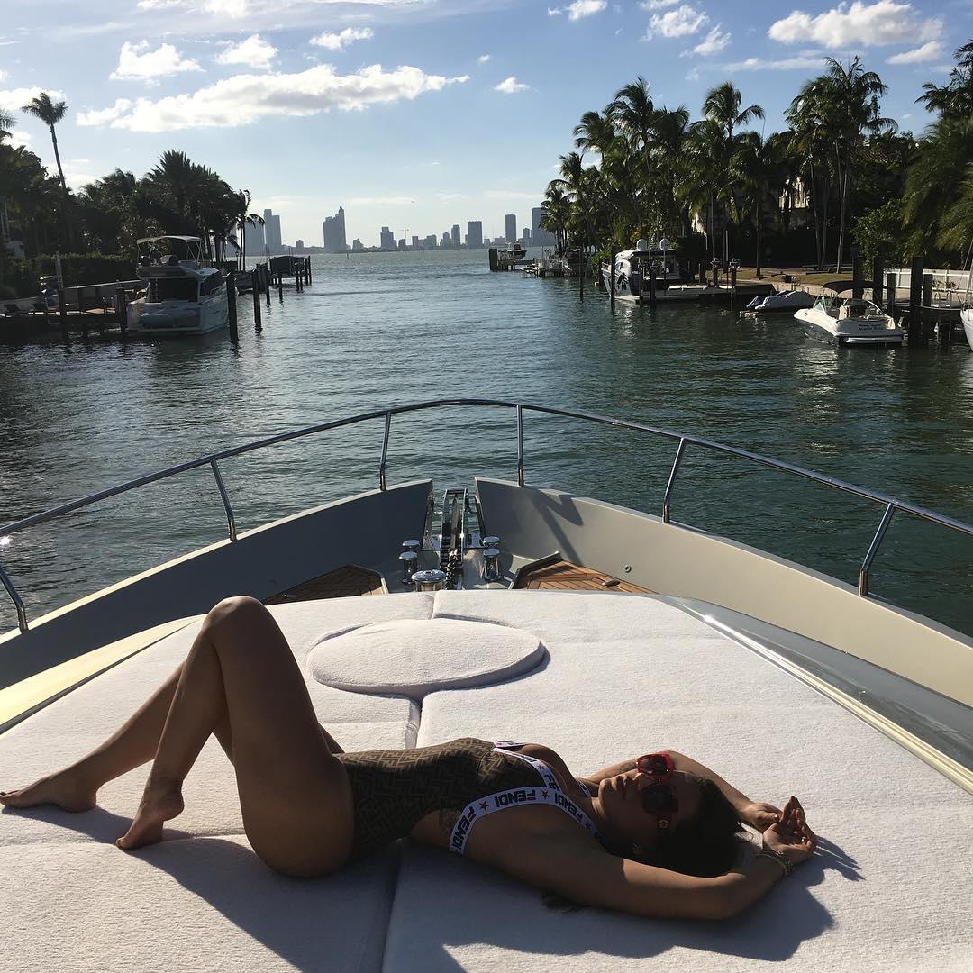 Anitta, a mulher mais desejada do Brasil para uma noite de sexo casual beija 28 pessoas em 30 segundos