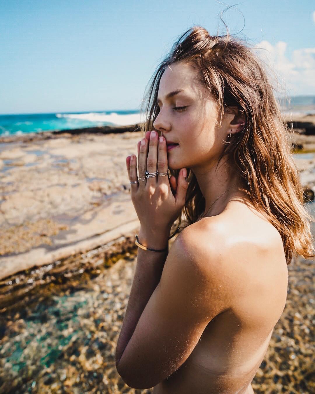 Isabelle Cornish mostra-se nua na natureza e fãs ficam divididos