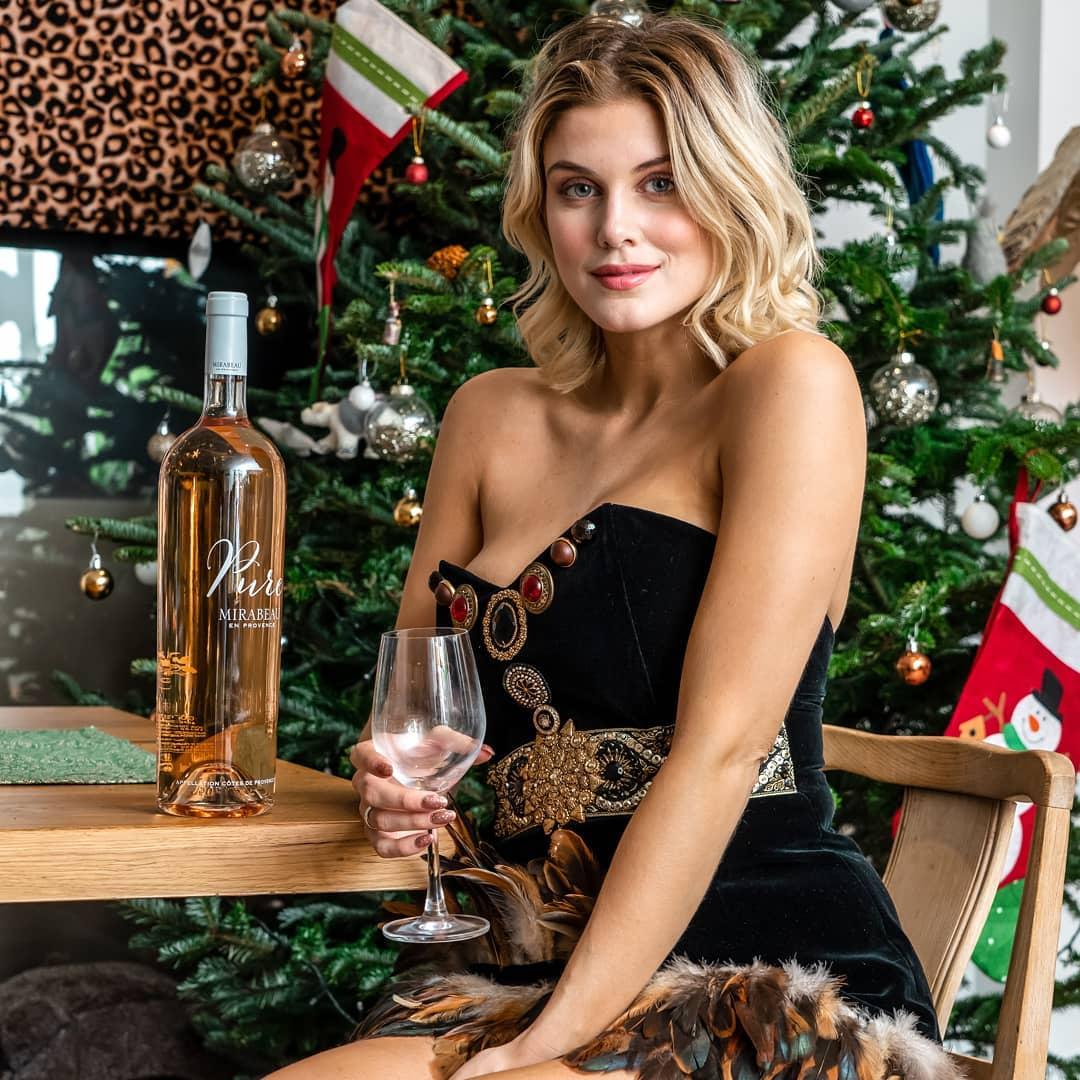Ashley James, a modelo que ameaça divulgar mensagens de homens casados