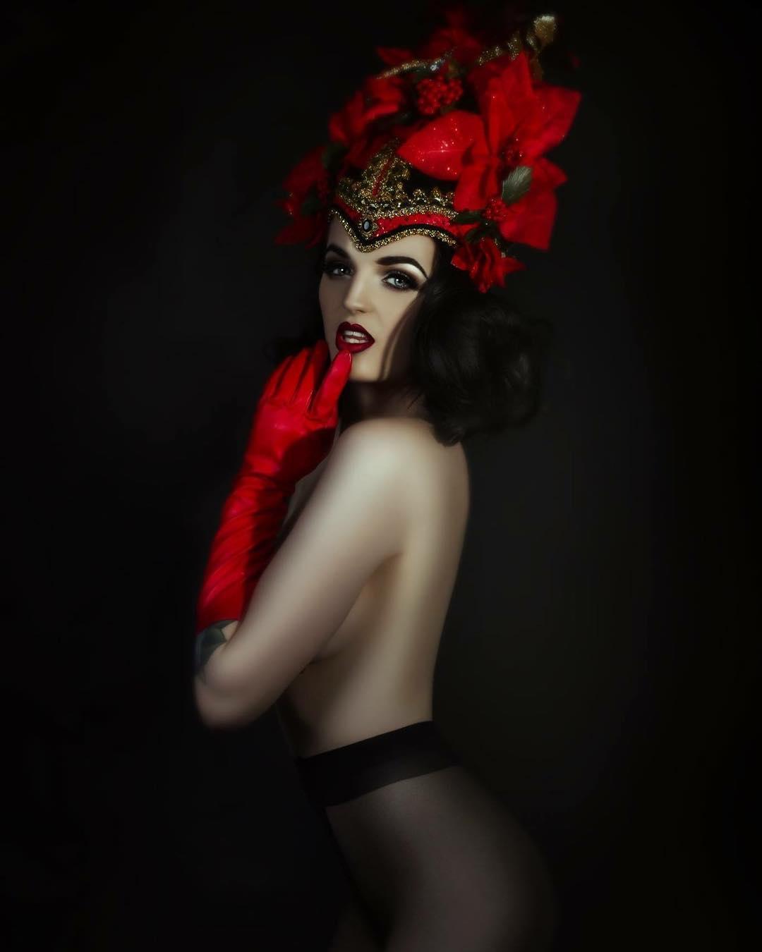 Katrina Darling, a rainha do burlesco que é prima de Kate e que a família real britânica preferia esconder