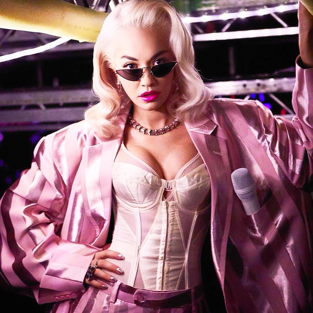 Rita Ora e os problemas para acertar no tamanho dos biquínis