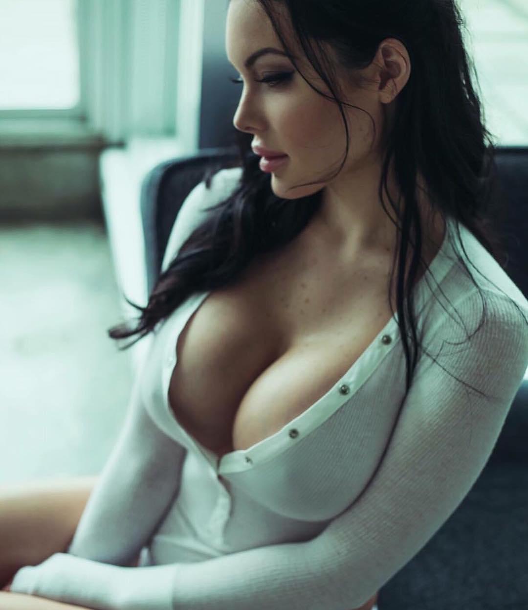 Veronika Black, a mais bela sósia de Angelina Jolie