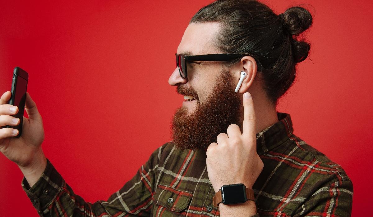 Usar auriculares e AirPods aumenta risco de cancro