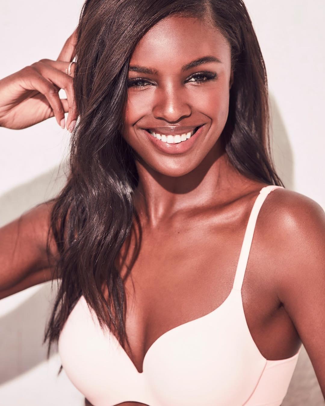 """Leomie Anderson, a nova amiga de Sara Sampaio que faz história nos """"anjos"""" da Victoria's Secret"""