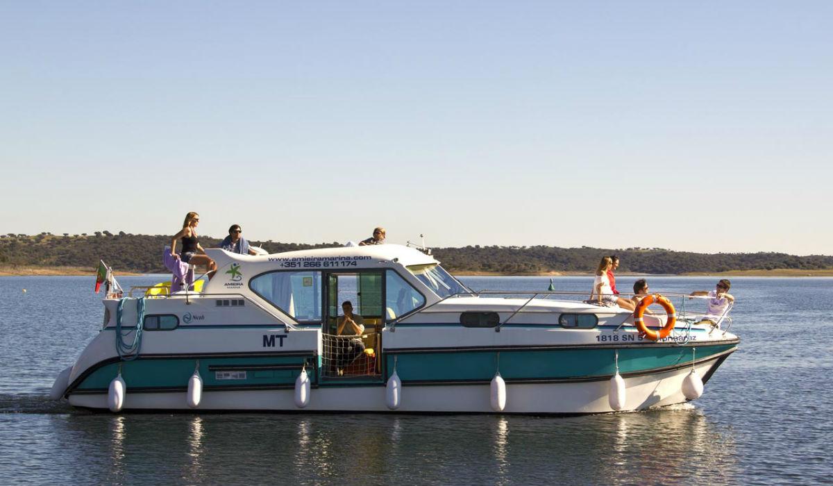 Os barcos-casa onde pode alojar-se na Barragem do Alqueva