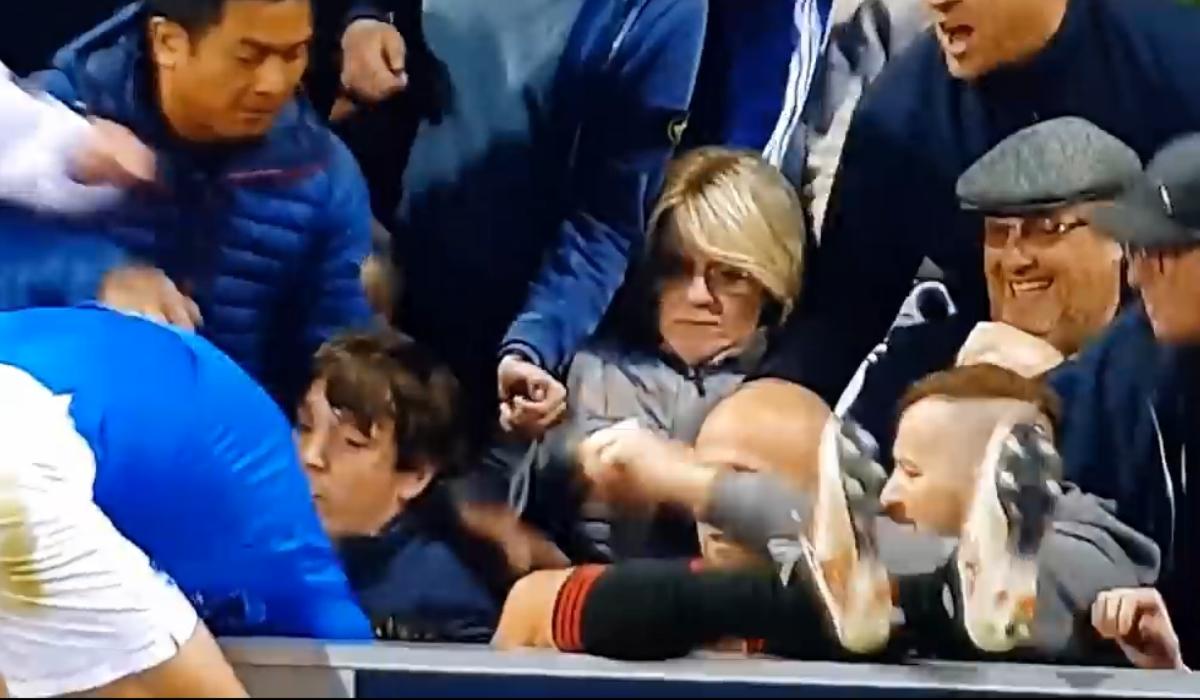 Jogador do Sunderland cai na bancada e é pontapeado por adepto