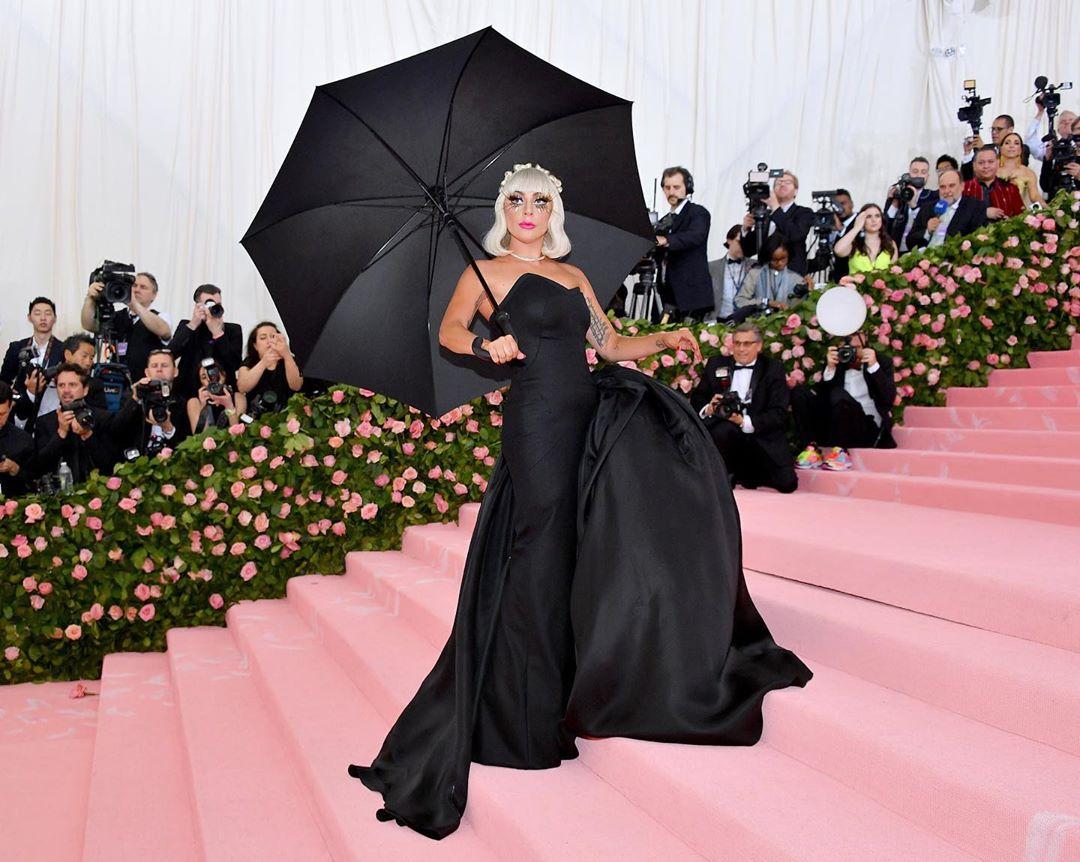 Lady Gaga, quatro mudas de roupa e um strip na passadeira vermelha da MET Gala