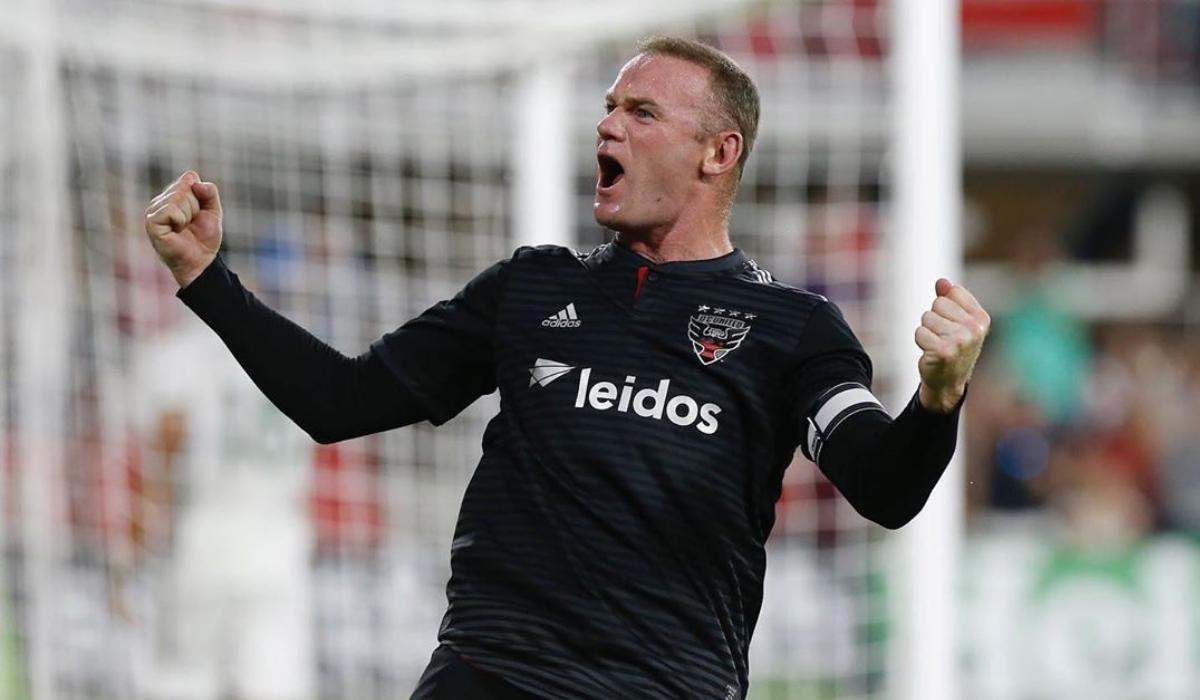 Rooney derrota Nani com chapéu a 60 metros da baliza