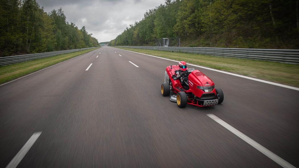 Novo corta relva da Honda atinge os 243 km/h e é o mais rápido do mundo