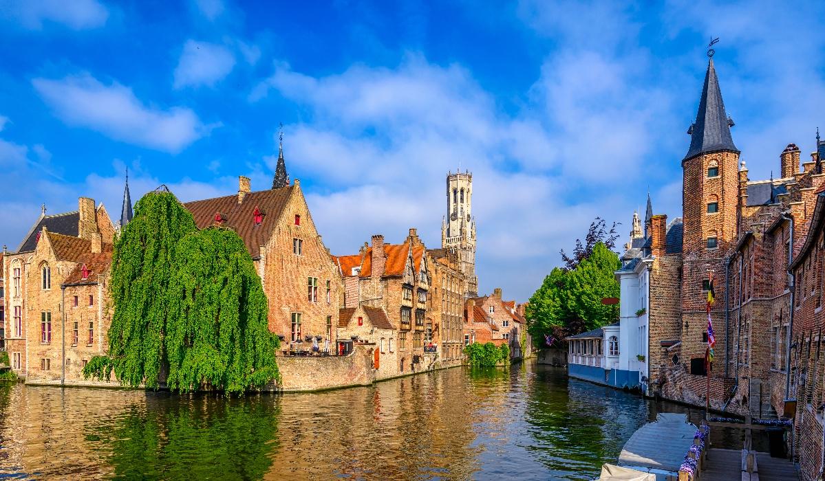 Bruges, a cidade com traços medievais que é conhecida pelos canais, cerveja e chocolate