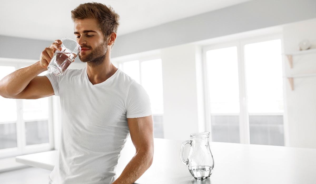 Beber água em jejum: conheça os vários benefícios