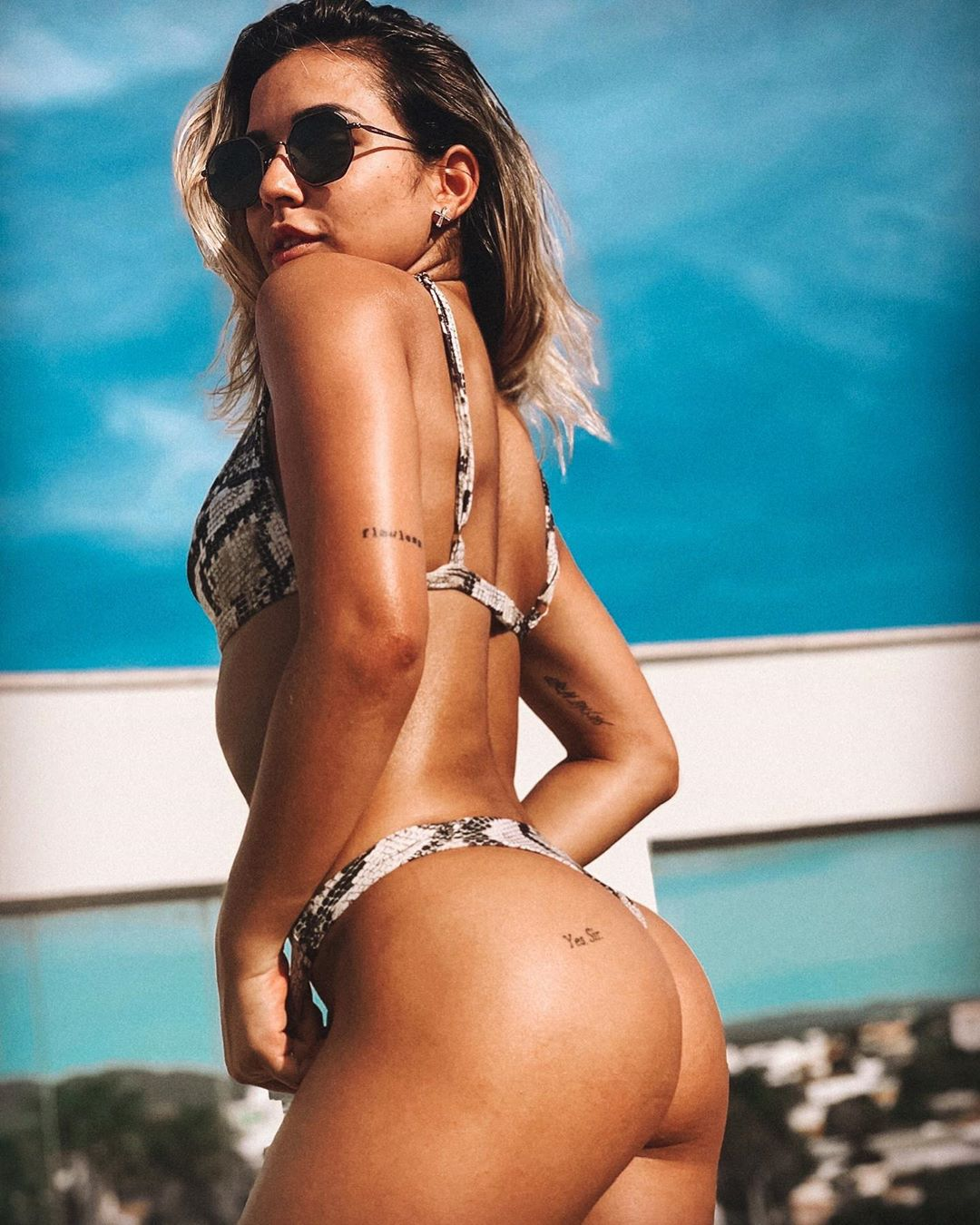 Bailarinas de Anitta provocam caos na praia antes da viagem para Portugal