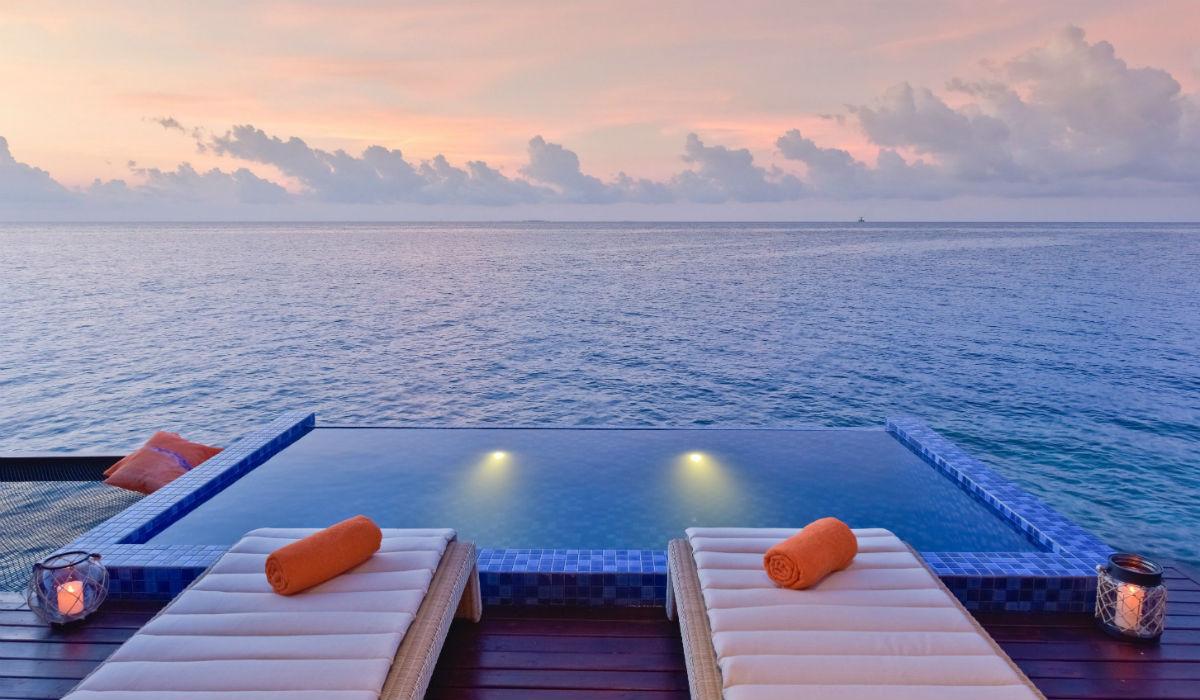 Descubra o resort onde pode dormir numa cama pendurada em cima do mar