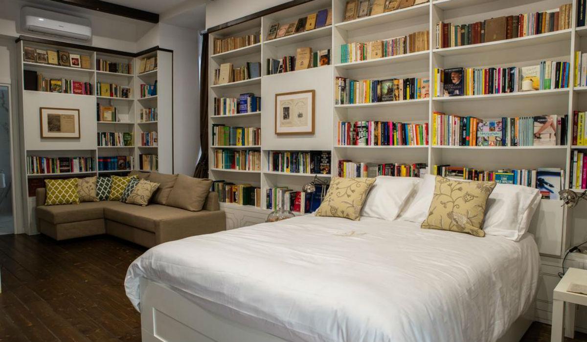 Descubra o hotel onde pode dormir no meio de 8 mil livros e respirar estilo palaciano