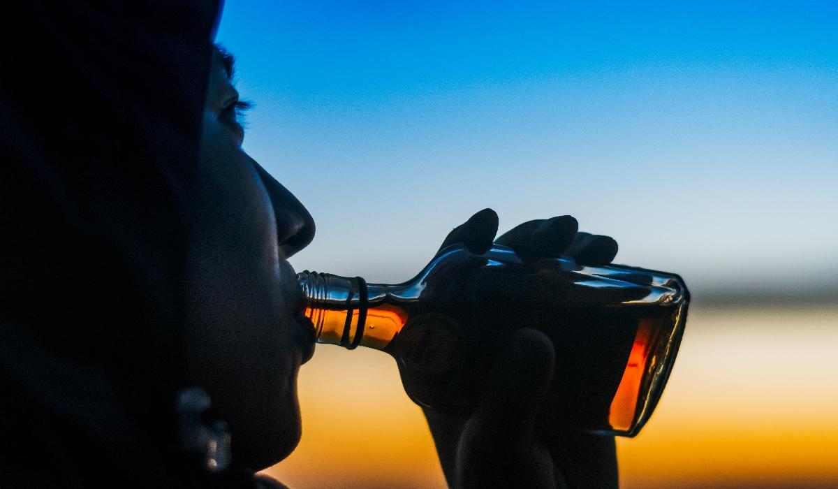 Álcool pode danificar o seu fígado mesmo que não beba qualquer bebida