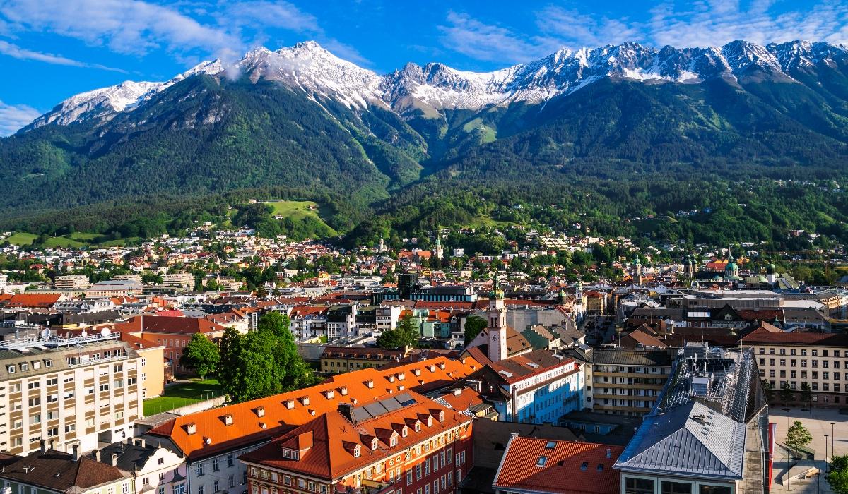 As montanhas, o esqui e a capital Innsbruck da província austríaca de Tirol