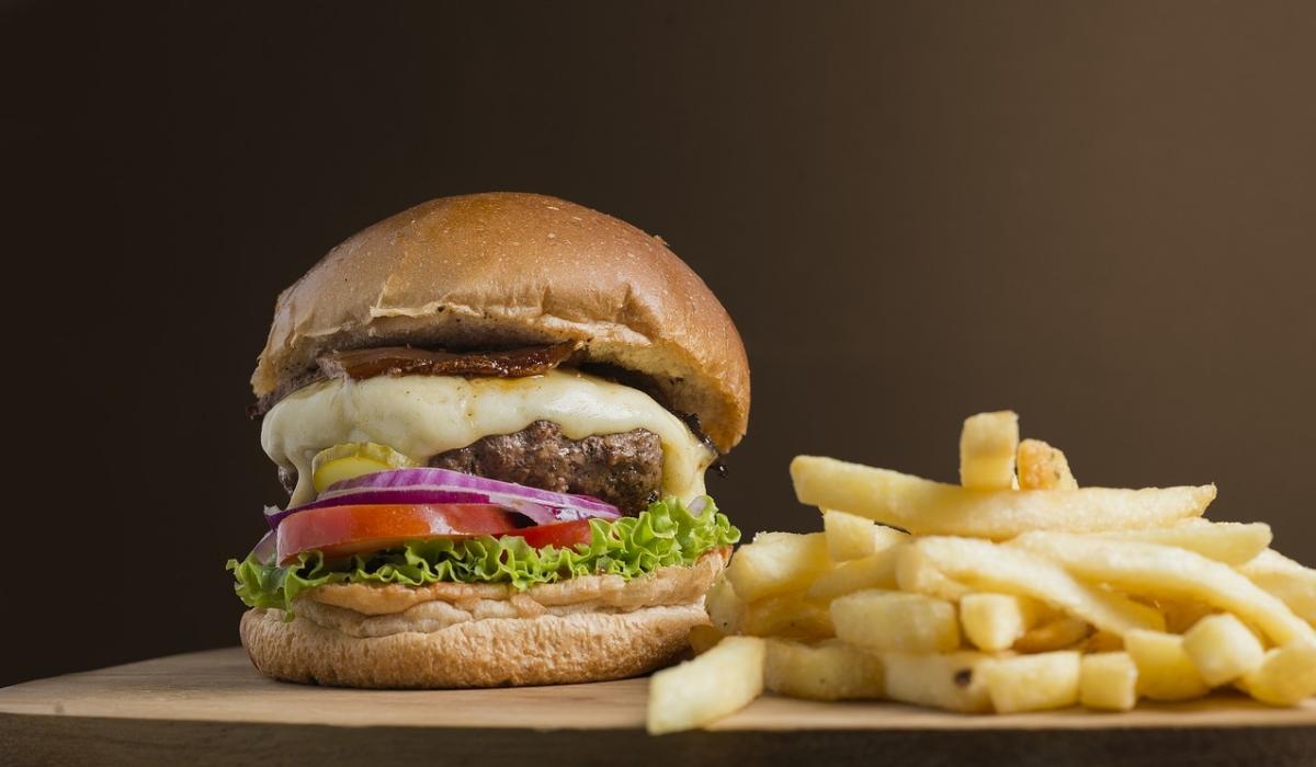 Risco de Alzheimer aumenta 75% para quem consome fast food