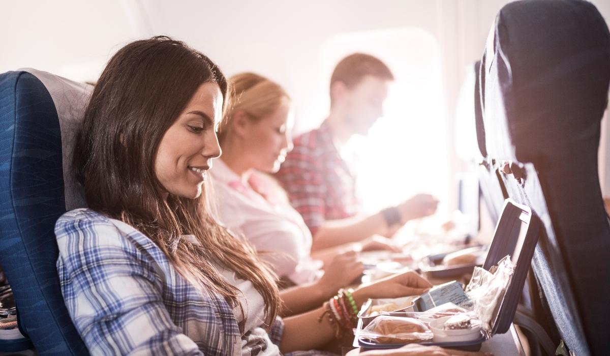 Estes são os alimentos e bebidas a evitar quando anda de avião