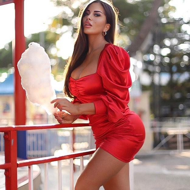 Floriana Messina, a madrinha sexy do Nápoles a quem os jogadores enviam convites