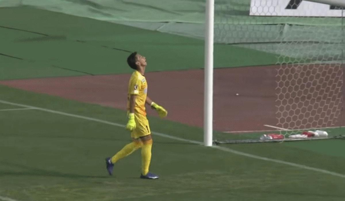 Masahiro Okamoto, o guarda-redes que sofre dois golos do meio-campo em dois minutos