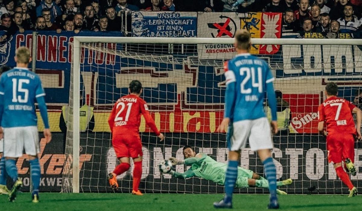 Árbitro marca penalti surreal a um suplente em aquecimento
