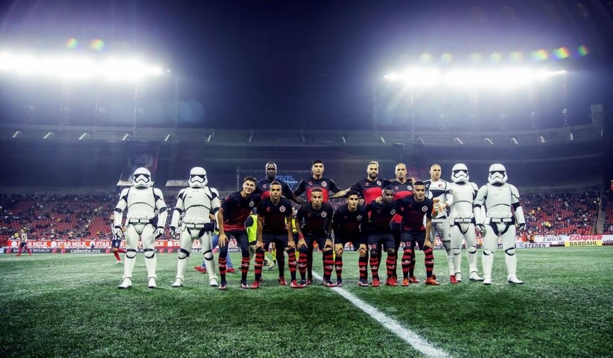 Jogadores entram equipados de stormtrooper, mas o protagonista foi antigo jogador do Benfica
