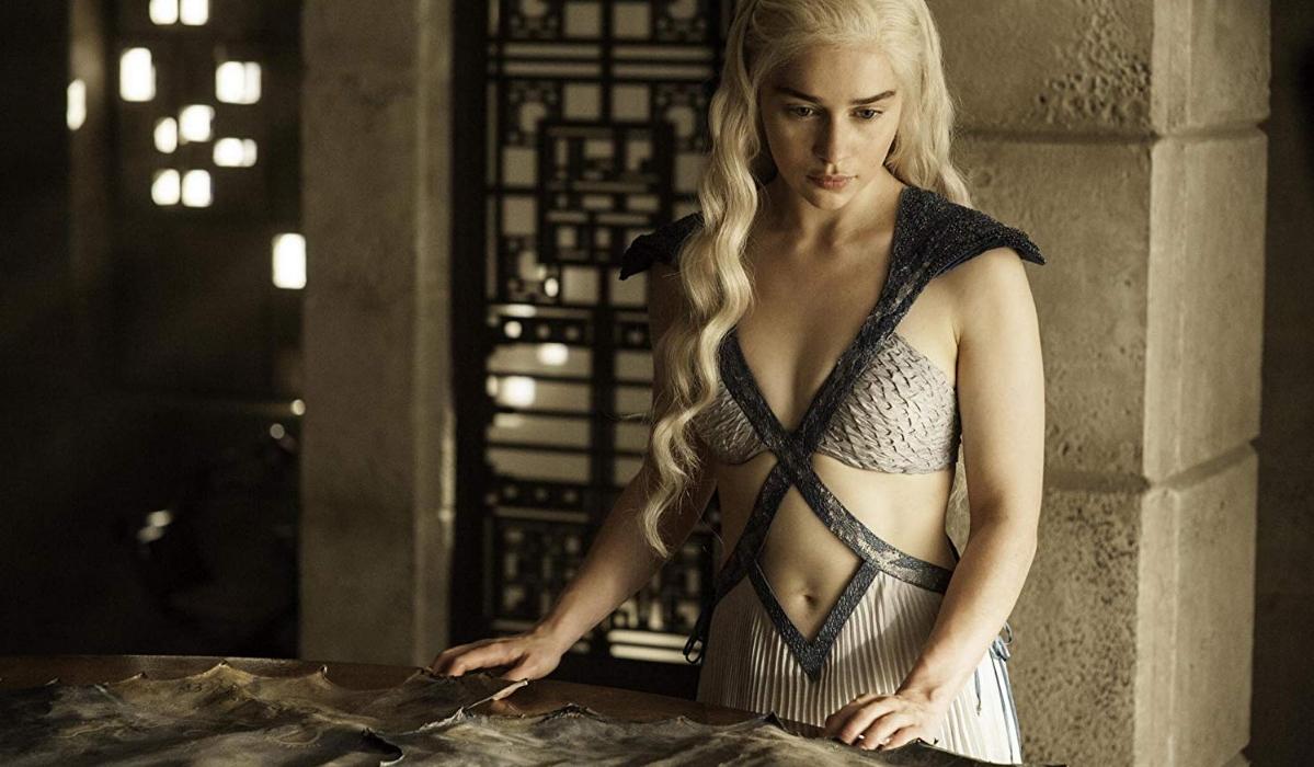 Emilia Clarke incentivada a ficar nua em A Guerra dos Tronos por amor aos fãs