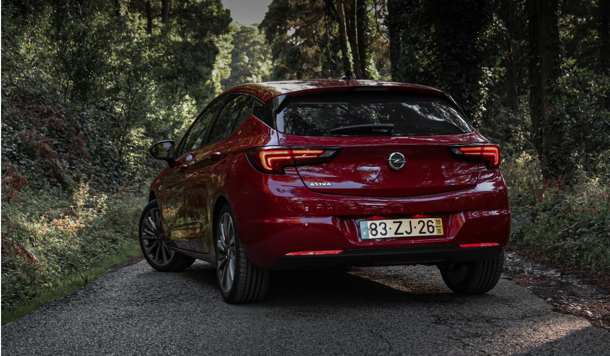 Renovado Opel Astra ganha novos motores e reforço tecnológico
