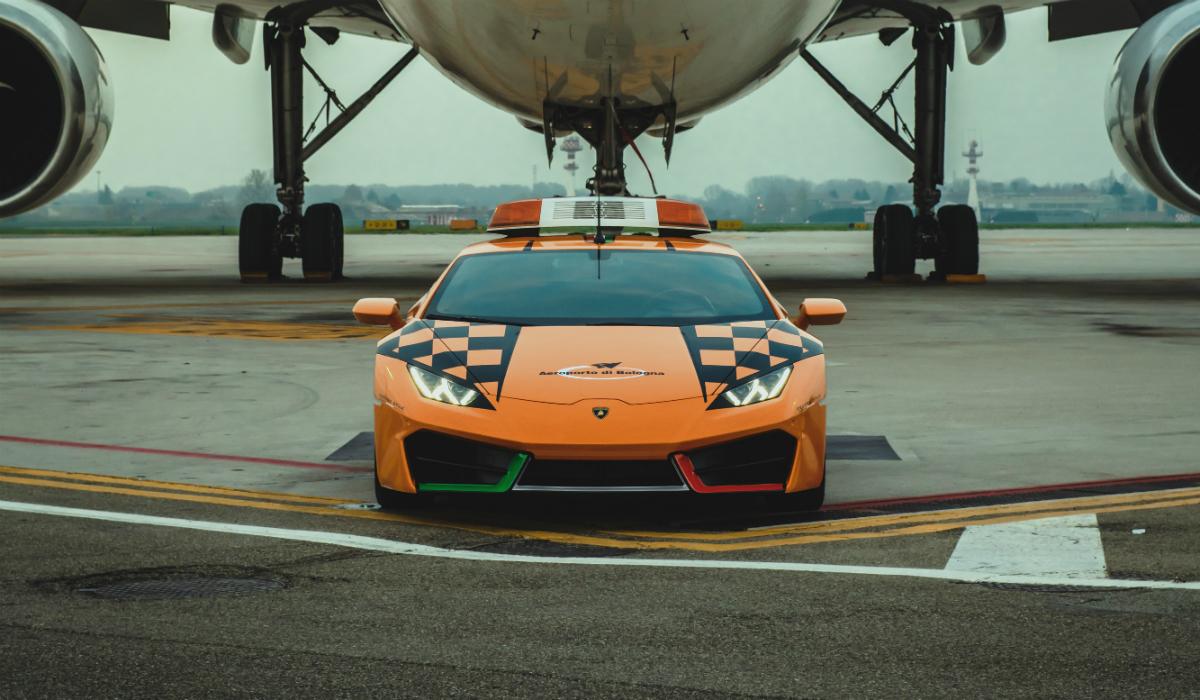 Aeroporto de Bolonha usa Lamborghini Huracán para conduzir aviões