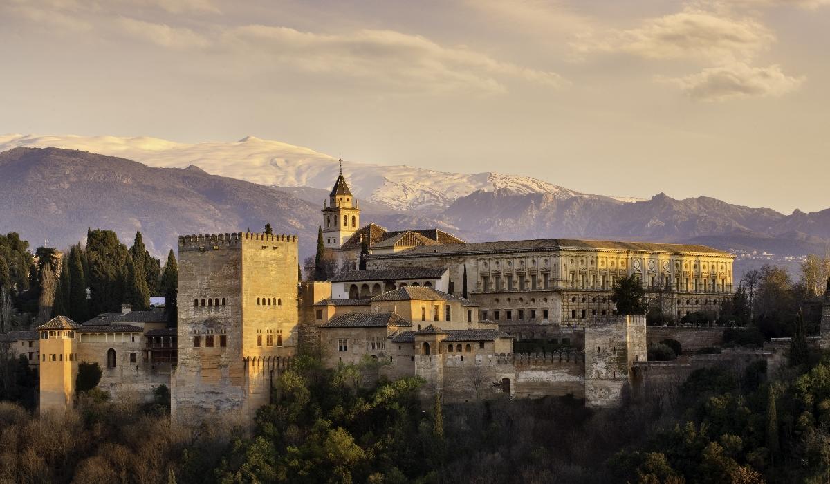 Granada, a influência muçulmana, os bairros antigos e os edifícios históricos