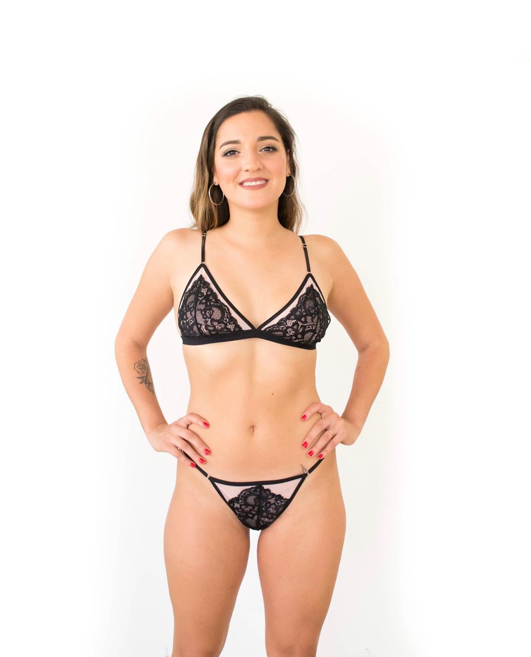 Jana Maradona mostra lado mais ousado na estreia como modelo