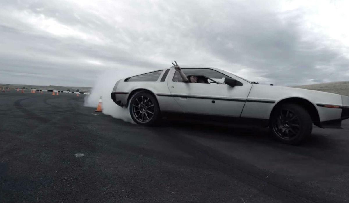 Este DeLorean elétrico é uma autêntica máquina de drift