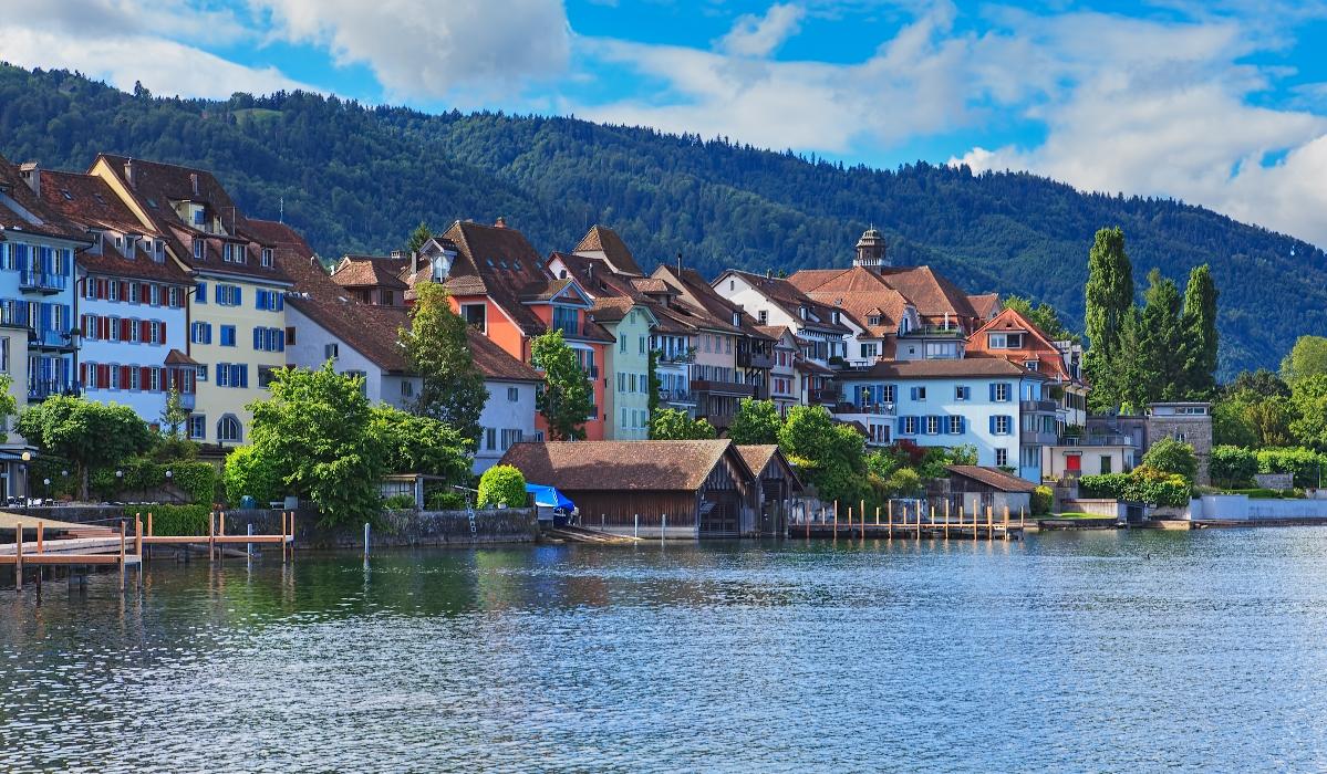 Zug, a cidade que tem um belo centro histórico e é famosa pelas cerejas