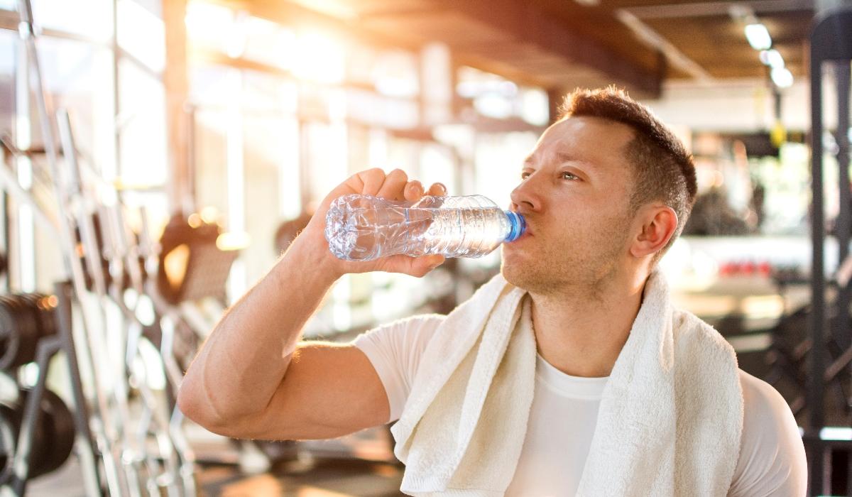 Saiba por que não deve reutilizar uma garrafa de água